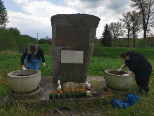 BPMiG Radkow pomnik Dolna kwiaty10