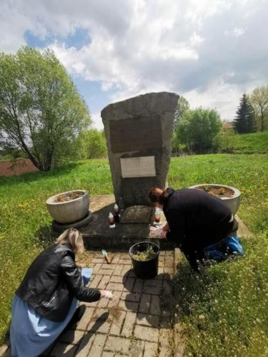 BPMiG Radkow pomnik Dolna kwiaty5