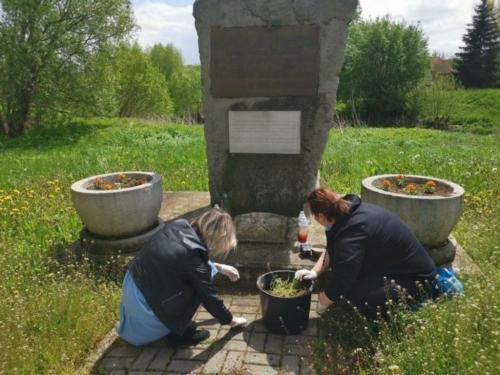 BPMiG Radkow pomnik Dolna kwiaty6