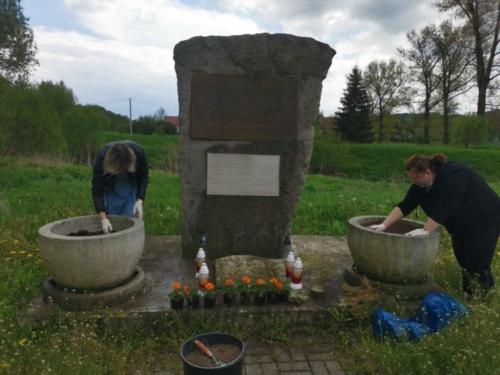 BPMiG Radkow pomnik Dolna kwiaty9
